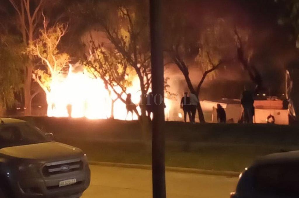 En la madrugada del domingo autores ignorados incendiaron una precaria finca y una mujer debió ser rescatada del lugar. Crédito: Periodismo Ciudadano