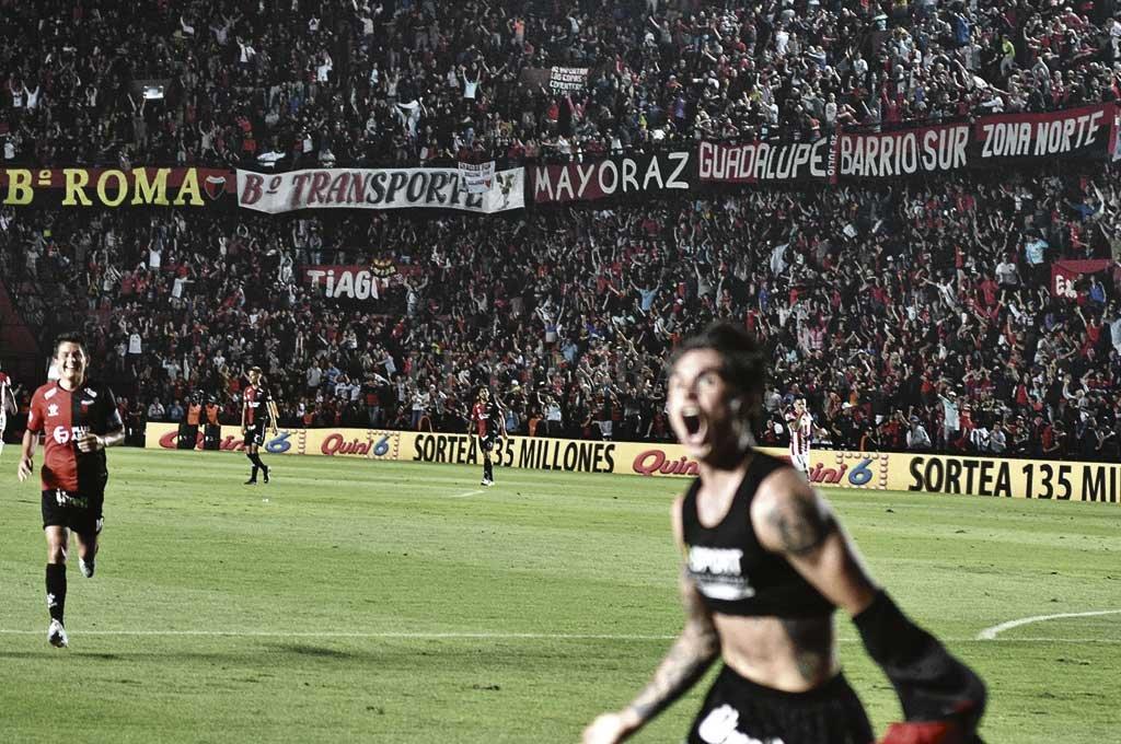 La imagen de Braian Galván gritando su gol ante Estudiantes, el Pulga Rodríguez que llega a saludarlo y la gente eufórica en las plateas. Crédito: Manuel Alberto Fabatía