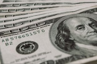 """El dólar oficial abre este miércoles a $ 77 y el """"blue"""" se vende a $ 131"""