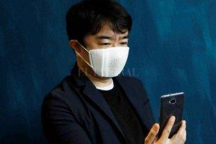 """Japón desarolla un barbijo """"manos libres"""" que podrá enviar audios de WhatsApp"""