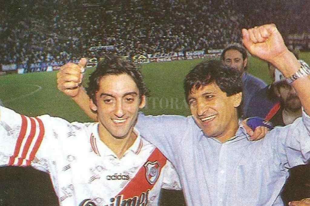 """Uno de tantos. Ramón Díaz festeja, junto a Enzo Francescoli, uno de los nueve títulos ganados como DT de River. Hoy se cumplen 25 años de la asunción del """"Pelado"""" en ese cargo que tan bien supo desplegar.     Crédito: Gentileza"""