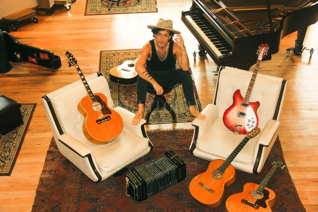 El artista con sus guitarras, su bandoneón y su piano de cien años, que protagonizan un entorno único para un concierto único. Crédito: Gentileza Unmuerto.Mas