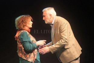 """Volver a la esencia - En acción. Fabián Rodríguez en escena durante uno de los proyectos más recientes en los que intervino: """"Pecas"""" de María Rosa Pfeiffer, junto a actore de la localidad de Humboldt. -"""
