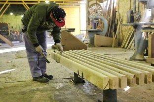 Caños en desuso y troncos se transforman en mobiliario urbano