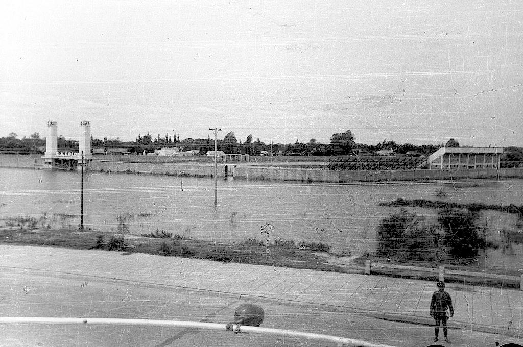 Cuando bajaron las aguas... La cancha debía inaugurarse el 31 de marzo de 1946 con un partido amistoso ante San Lorenzo. Pero ese día, el estadio estaba totalmente cubierto por las aguas del río Salado, pues se produjo ese año una crecida extraordinaria. Por tal motivo, no se realizó su inauguración en esa fecha, y sí el 9 de julio de ese mismo año, cuando las aguas se retiraron del lugar. Crédito: Archivo El Litoral