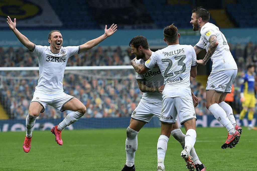 El Leeds de Bielsa goleó y recuperó la punta del Championship
