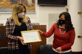 """Narela, la primera mujer trans en ingresar a la policía - </FOTONOT VOL>Unánime reconocimiento en el Concejo. Con un proyecto de la concejala Laura Mondino (Santa Fe Puede Más, FPCyS) y por unanimidad, se reconoció la lucha de Narela Alejandra Gómez por ingresar a la carrera de Policía de Santa Fe. """"Vivimos en una sociedad en la que el 91 por ciento del colectivo trans no tiene trabajo registrado y el 82 por ciento tiene dificultades para acceder a un empleo formal por culpa de la discriminación por identidad de género. En este marco, todos los avances que se hagan en materia de derechos son importantes"""", reflexionó Mondino.  La iniciativa fue agradecida por Narela Gómez, quien expresó: """"Hoy me toca a mí, pero sé que esto es una puerta para un montón de personas que luchan por ser lo que desean ser"""". En el acto estuvieron presentes el presidente del Concejo, Leandro González; la subdirectora de Ampliación de Derechos de la Secretaría de Mujeres y Disidencias de la Municipalidad, María Florencia Costa y los concejales Laura Spina, Valeria López Delzar y Lucas Simoniello (Frente Progresista Cívico y Social), Federico Fulini (PJ) y Guillermo Jerez (Barrio 88).      -"""