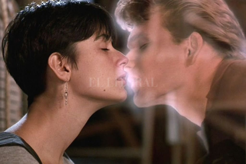 """El amor es más fuerte - Molly (Demi Moore) se despide del fantasma de su amado Sam (Patrick Swayze). El American Film Institute ubicó a """"Ghost"""" en el puesto 19 entre las mejores historias de amor del cine estadounidense, un escalón más abajo que """"Vértigo""""."""