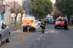 Video: Un auto utilitario se incendió en barrio Fomento 9 de Julio -  -