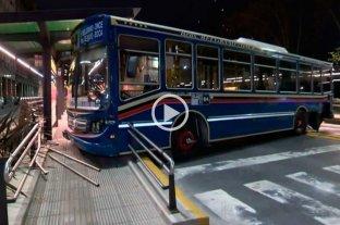 Video: pasó en rojo e impactó de lleno contra un colectivo