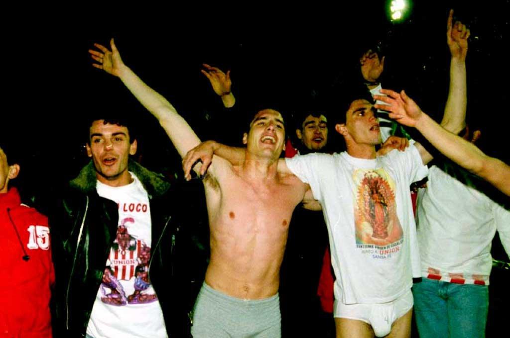 Juan Wabeke, Luciano Zavagno y Martín Mazzoni, aquella noche inolvidable del 13 de julio de 1996. De Alta Córdoba a Carlos Paz para festejar y, al día siguiente, el regreso inolvidable a nuestra ciudad. Crédito: Archivo El Litoral