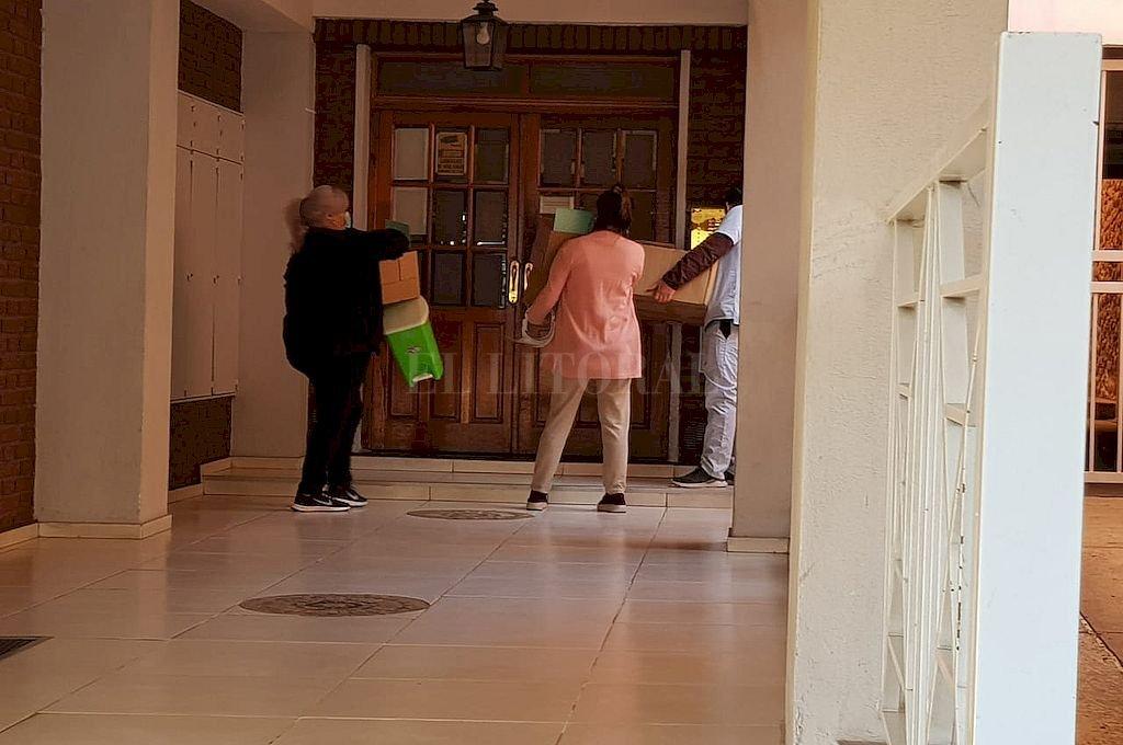Detectan 3 personas del edificio con pocos síntomas y serán hisopadas - Personal sanitario. Así llegaban para llevar a cabo los test en todos los departamentos.  -