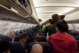 Había goteras en el avión y los pasajeros se cubrieron con sus paraguas