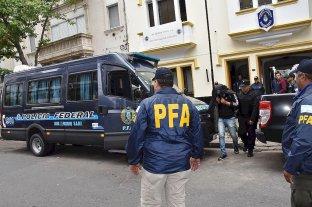 Solicitan nueva elevación a juicio para la banda de los federales - El comisario Lepwalts fue sacado esposado de la delegación Santa Fe de PFA el 9 de mayo de 2019, acusado de encubrir a narcos. -