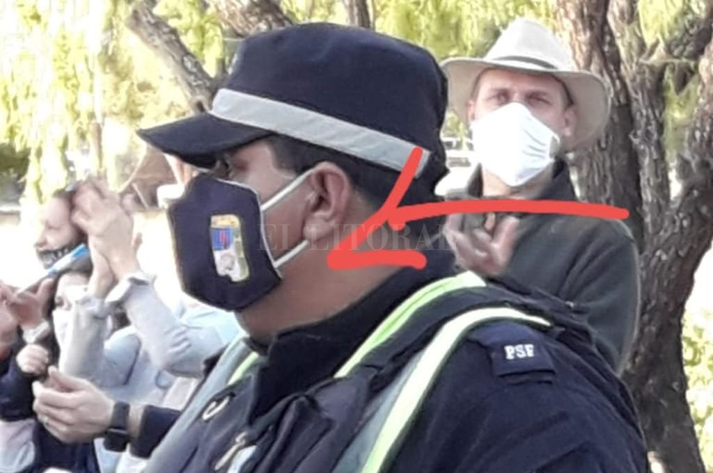 El policía con el tapaboca de la polémica Crédito: Captura de Internet