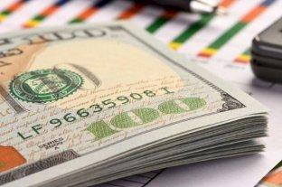"""El dólar abre la semana a $ 76,25 en el Banco Nación y el """"blue"""" se vende a $ 136"""