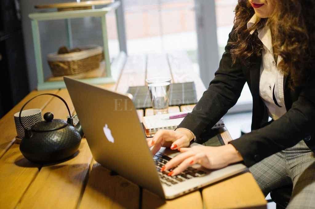 El home office puede aportar a las empresas el ahorro de costos de monitoreo: presentismo, conducta, esfuerzo personal o clima laboral, según los autores del informe.       Crédito: Archivo El Litoral