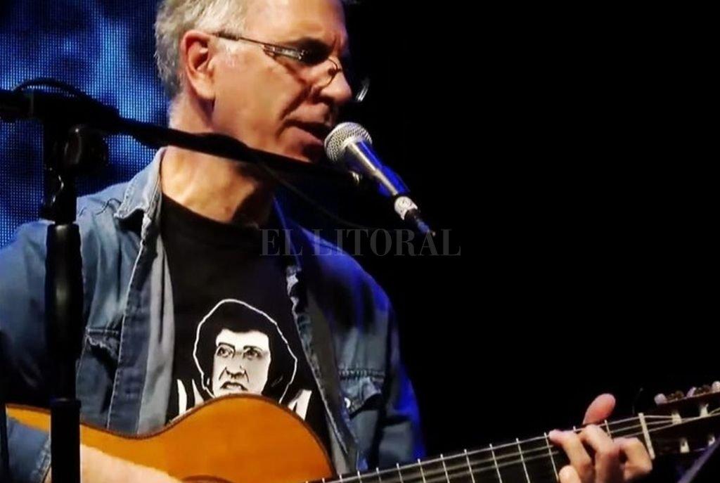 El cantautor rosarino se presenta en vivo. Crédito: Gentileza producción
