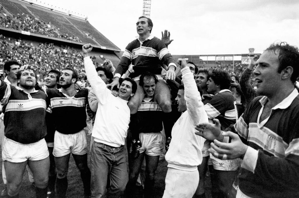 Hugo Porta, en andas de sus compañeros, tras haber sido -una vez más- un factor clave para el histórico triunfo de Banco Nación ante el Rose Team. Fue una fotografía que recorrió el mundo en 1990.  Crédito: Archivo El Litoral