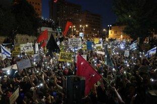 Netanyahu, acorralado por el pedido de renuncia de miles de israelíes por casos de corrupción