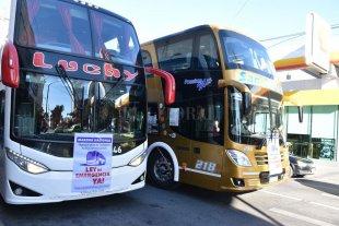 El transporte de pasajeros de turismo se encuentra en una situación crítica - Protesta de turismo. La concentración de colectivos, minibuses y combis se realizó en Bulevar y Rivadavia. -