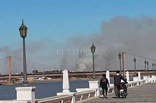 Importante columna de humo emerge de la zona de islas de Alto Verde -  -