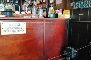 Un bar inglés instala una valla eléctrica para obligar a los clientes a respetar la distancia