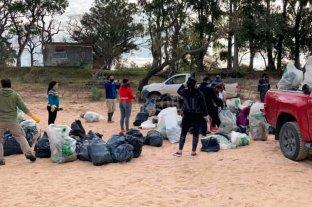 """Vecinos y voluntarios limpiaron la playa de """"El Chaquito"""" -  -"""