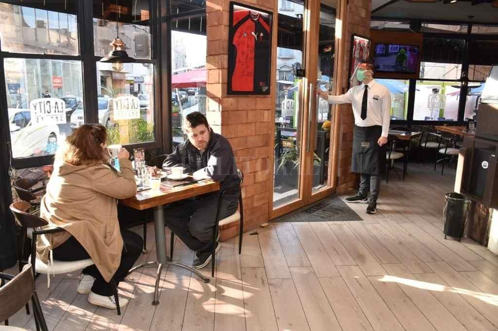 istos. Los bares y restaurantes de la ciudad ajustan todas las medidas sanitarias necesarias para recibir a la gente y evitar contagios de covid-19.      Crédito: Pablo Aguirre