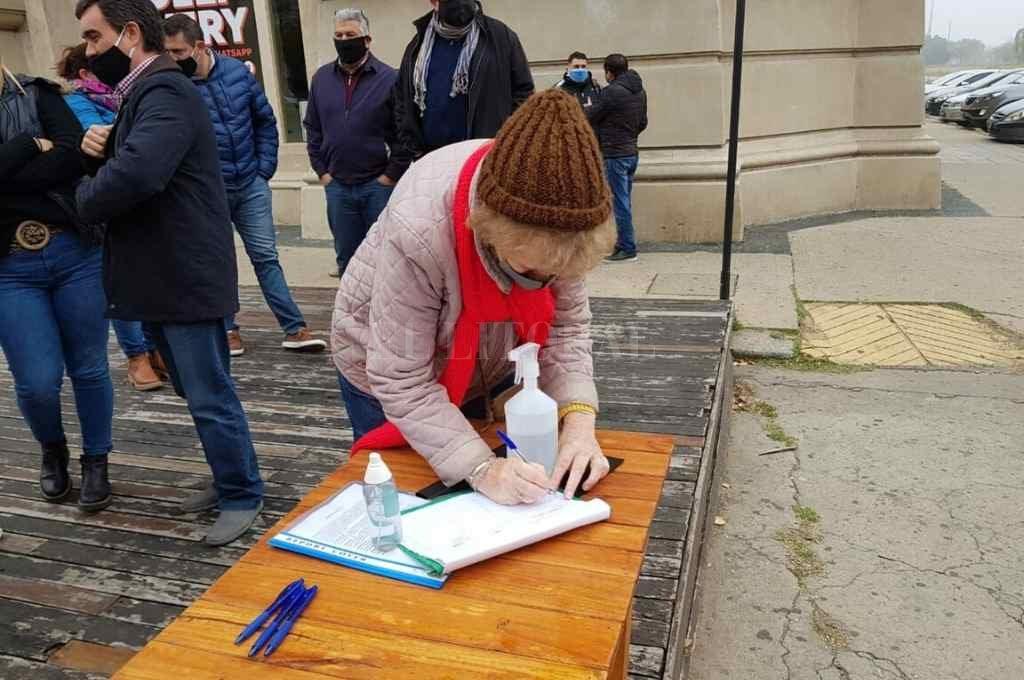 Pese al frío, los vecinos se acercaron para rubricar su firma en apoyo a la solicitud de sesión definitiva del histórico edificio.       Crédito: El Litoral