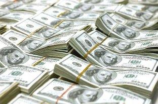 """El dólar oficial abre a $ 76,50 y el """"blue"""" se vende a $ 136"""