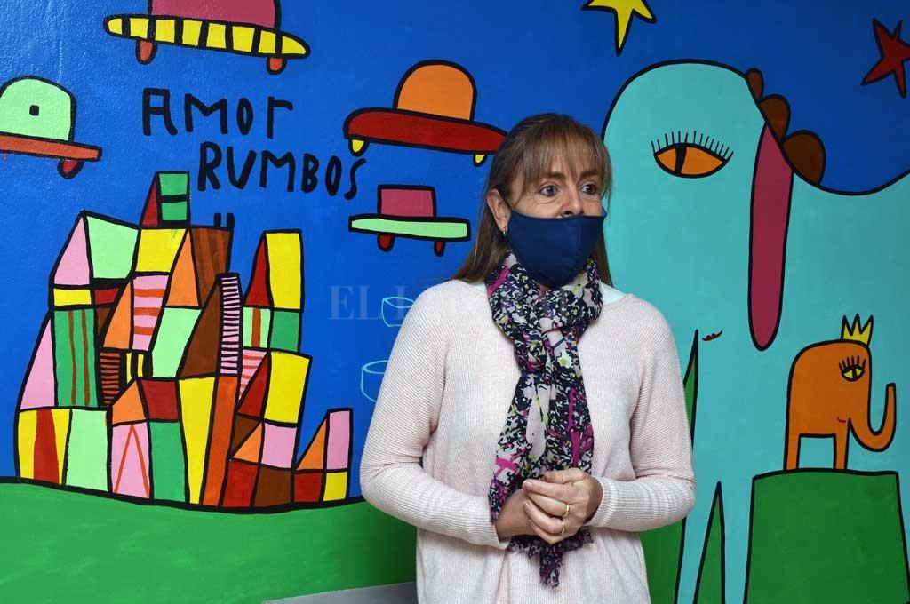 SALA LOCKETT. Lucía Poletti, directora de Rumbos, en el espacio de la institución que fue intervenido en 2019 por el artista plástico Milo Lockett. Crédito: Guillermo Di Salvatore