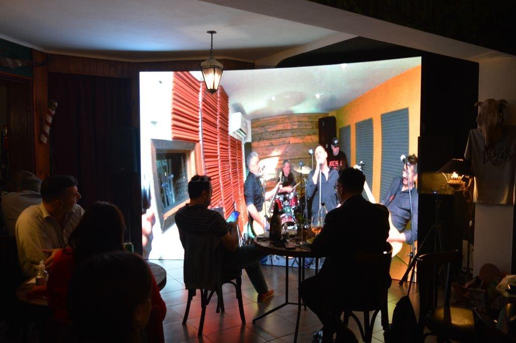 El sábado pasado, The Custom actuó en una sala de ensayo del complejo, mientras los espectadores (con capacidad limitada) disfrutaron el show por pantalla gigante. Crédito: Gentileza Dead Lovers