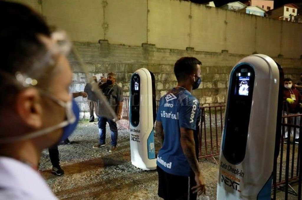 Foto del miércoles del futbolista de Gremio Matheus Henriquepasando por un control de temperatura antes de un partido con Inter por el torneo Gaucho.  Crédito: Reuters