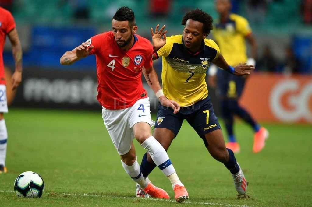 El chileno Mauricio Isla, con gran trayectoria en su seleccionado, es el marcador lateral derecho que Miguel Ángel Russo quiere para el nuevo Boca.    Crédito: Archivo