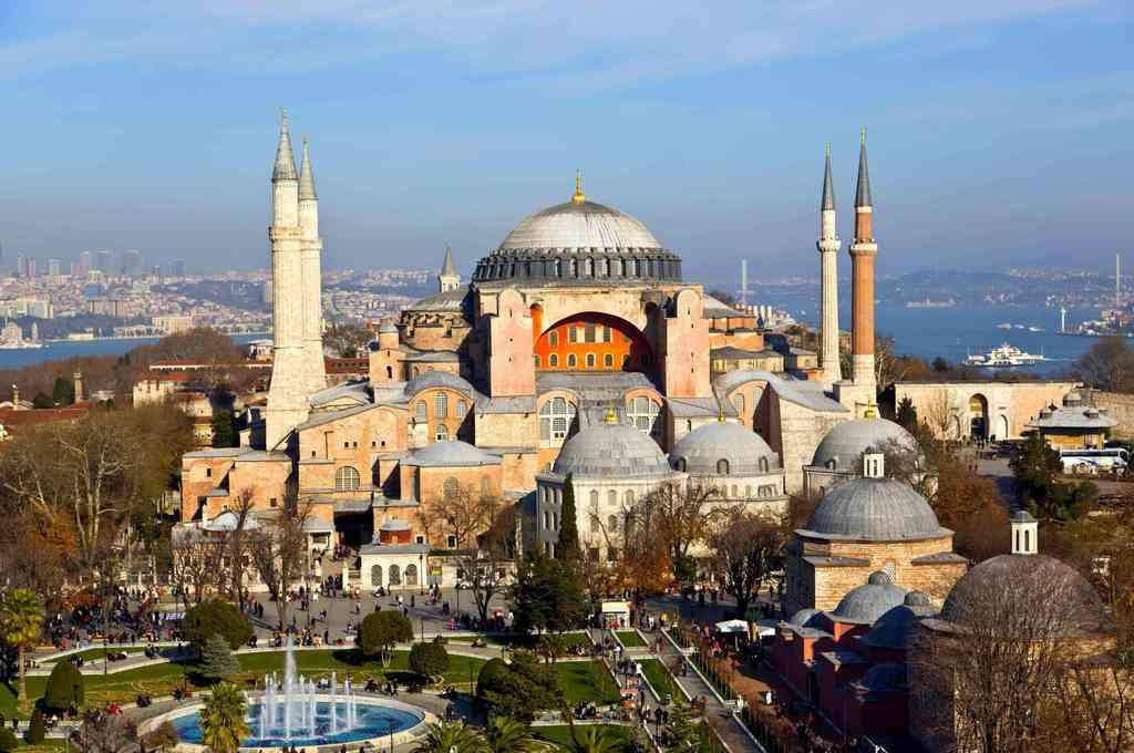 Santa Sofía, declarada Patrimonio Mundial por la UNESCO, es un nexo cultural para cristianos y musulmanes y también uno de los principales centros de atracción turística, con 3,7 millones de visitantes en 2019. Crédito: Imagen ilustrativa
