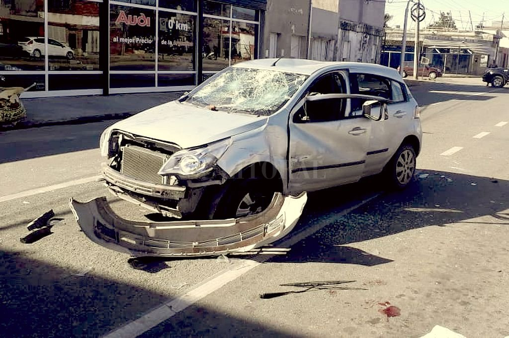 Así quedó el auto tras el accidente. Fue vandalizado por allegados al menor fallecido. Crédito: Gentileza