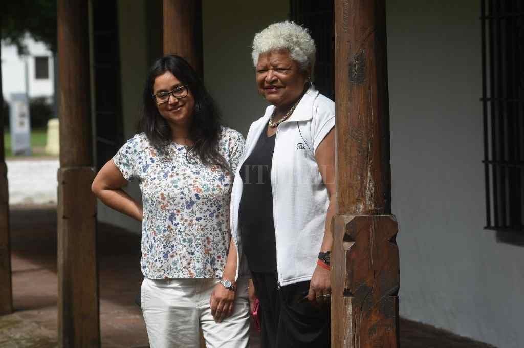 """Magdalena Candioti, aquí con Lucía Molina, poco antes de inaugurarse la muestra sobre """"Las huellas de África en Santa Fe"""" que volverá a abrir luego de la pandemia.     Crédito: Flavio Raina"""