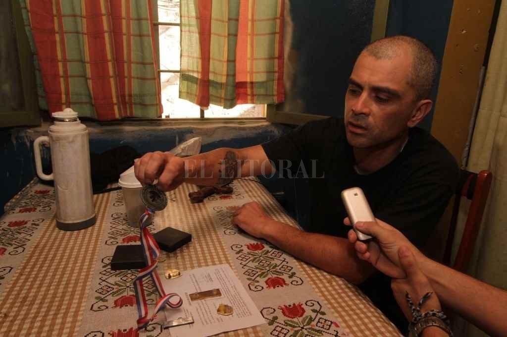 Luego del atentado contra su vida, en 2016, el policía Pablo Cejas arrojó las medallas que había ganado en acción sobre la mesa. Estaba enojado y cansado de la corrupción policial, aseguraba.     Crédito: Guillermo Di Salvatore
