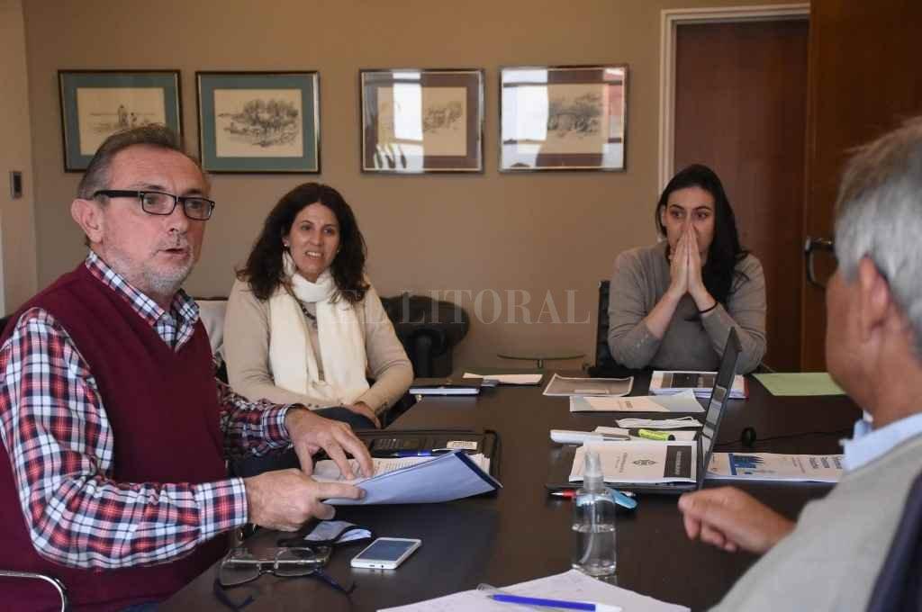 Costamagna, Rueda y Baima entusiasmados con las inquietudes ya planteadas por emprendedores y empresarios para llevarlas a científicos y tecnólogos.     Crédito: Manuel Fabatía