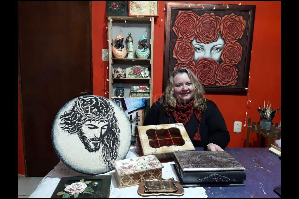 Giordano con diferentes trabajos de su autoría, que van desde cuadros a pintura sobre objetos. Crédito: Gentileza de la artista