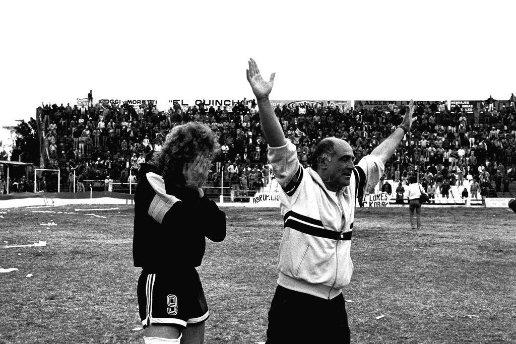 """La emoción de Echaniz, tapándose la cara con las manos y el festejo del inolvidable profesor Oscar Mazza, un profesional de """"10"""" muy querido por la gente de Unión y exitoso al por mayor, pues fue el preparador físico, además, del ascenso del '96. Crédito: Archivo El Litoral"""