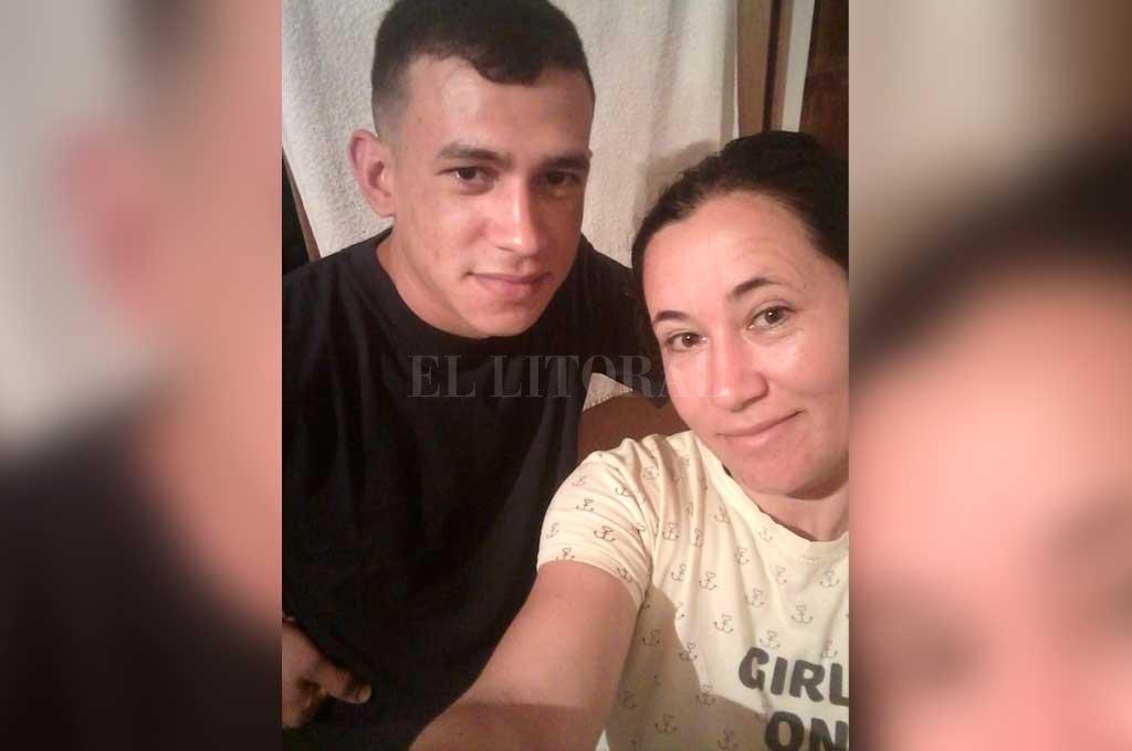 """""""Ahora querés estar con tus hijos cuando mataste a mi hijo delante de los tuyos!"""", escribió la madre de Federico Rodríguez (ambos en la foto) tras enterarse de lo resuelto. Crédito: Archivo El Litoral"""