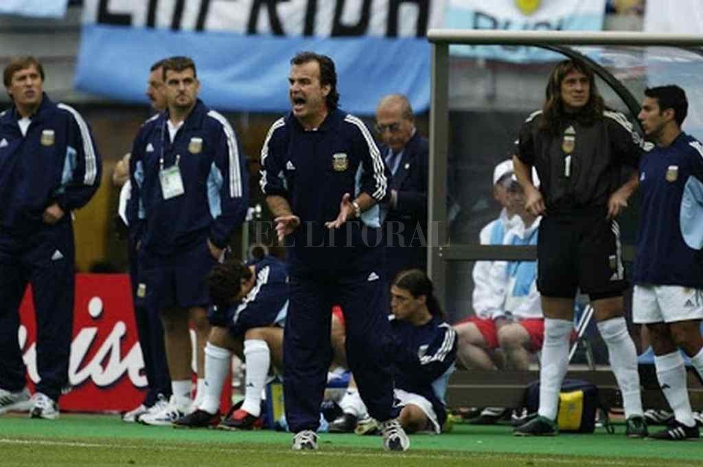 """Aquellos tiempos. El """"Loco"""" Bielsa a los gritos, fiel a su estilo, en la Selección, con el """"Mono"""" Burgos atrás, con el buzo """"1"""" de arquero.     Crédito: Archivo"""