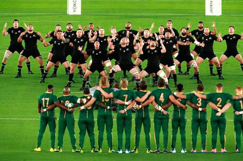 Los All Blacks, ejecutando el Haka, ante la respetuosa postura de los Springboks. Por ahora, los neozelandeses están en plena competencia local; mientras que los sudafricanos apenas fueron autorizados para iniciar los entrenamientos reducidos. Crédito: Archivo