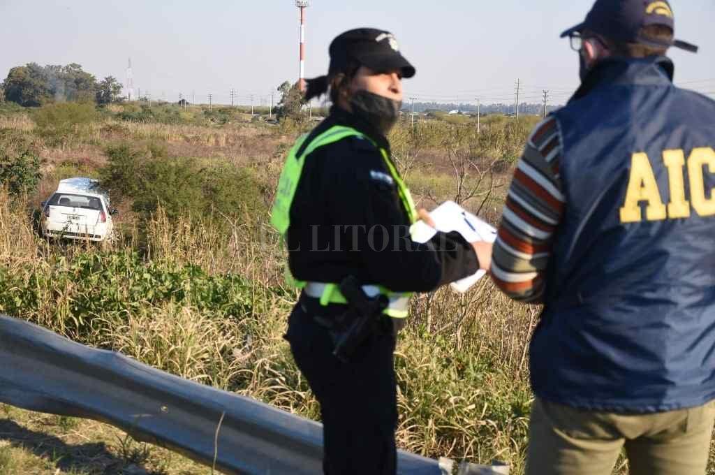 En la escena trabajaron policías de Seguridad Vial y también peritos de la Agencia de Investigación Criminal.     Crédito: Manuel Fabatía
