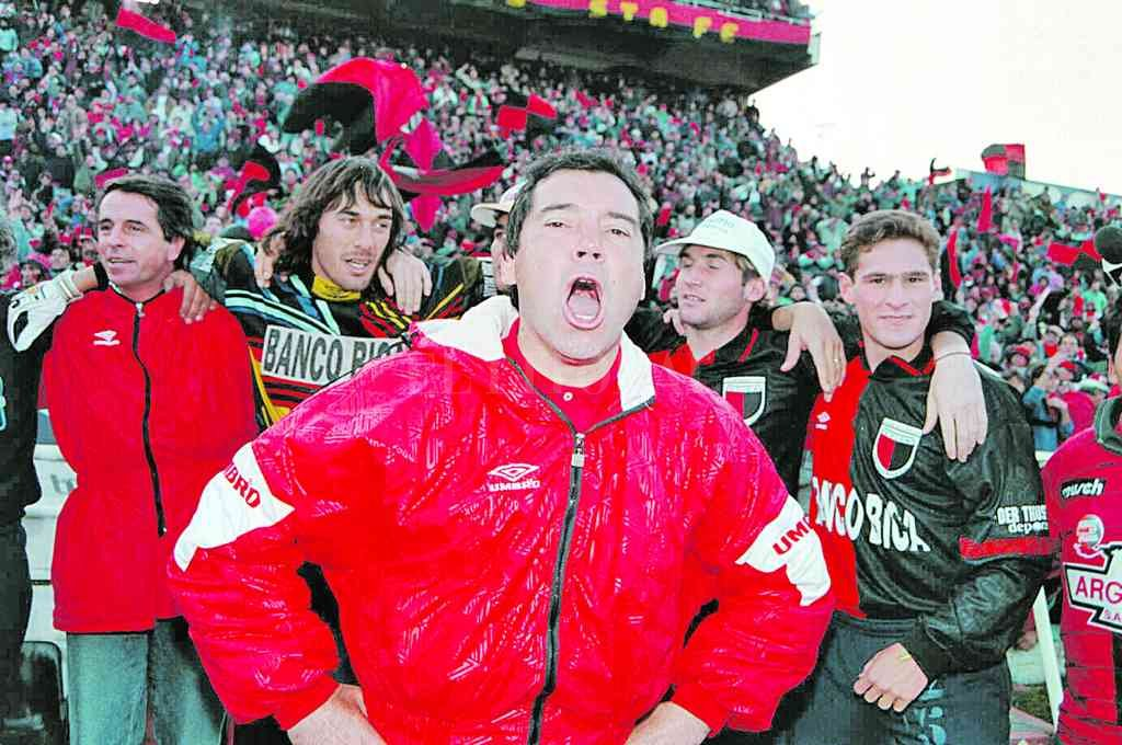 """El DT: Nelson Chabay Se acerca el pitazo final: el uruguayo Nelson Pedro Chabay, hombre clave para cambiar la historia y terminar con los fracasos en la """"B"""". Atrás, en el banco, todos festejan: el médico """"Lalo"""" Vega, el """"Flaco"""" Vivaldo, Maximiliano Cuberas y el """"Tuca"""" Mauricio Aníbal Risso. De fondo, una multitud. Crédito: El Litoral"""