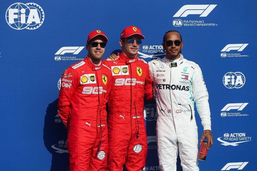 Protagonistas.Vettel, Leclerc y Hamilton, en un podio que reflejaba tiempos mucho mejores de los que atraviesa Ferrari en la actualidad. Crédito: Archivo