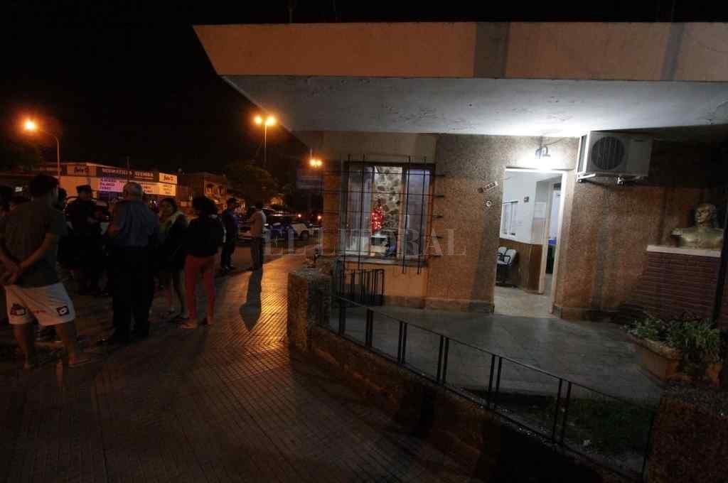 El hecho ocurrió la medianoche del lunes, a metros de la Comisaría 9na. donde se desarrollaba un motín.    Crédito: Manuel Fabatía