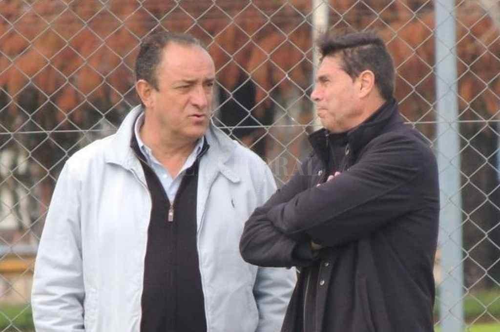 Ricardo Castro y Hugo Issa. El presidente de la Subcomisión de Fútbol junto al empresario, en uno de los entrenamientos de Atlético en el 2017. ¿Volverán a juntarse?     Crédito: El Litoral